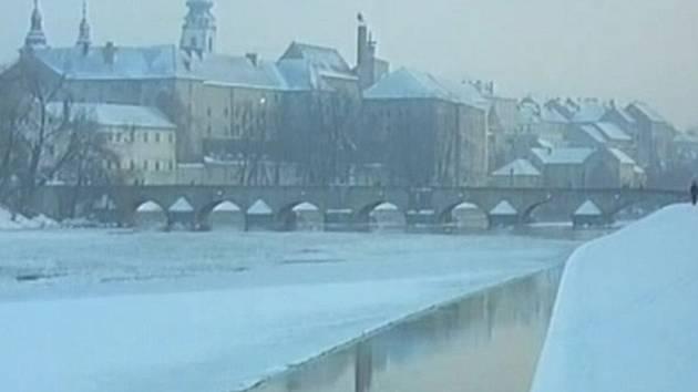 Nástup do školy. Škodovka přejíždí písecký Kamenný most přes Otavu.