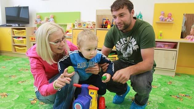 Dvouletý David Maršán si v doprovodu tatínka Davida a maminky Zuzany Hondlíkové přišel prohlédnout nové jesle v Čéčově ulici, které bude od pondělí navštěvovat.