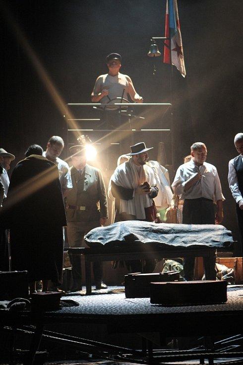 Premiéru inscenace Archa naděje uvede v pátek Jihočeské divadlo. Hra je inspirována deníkem jednoho z účastníků exodu českých Židů z protektorátu v roce 1940. Jejich cesta skončila potopením lodi Patria u břehů Haify, kde zahynulo 267 členů posádky.