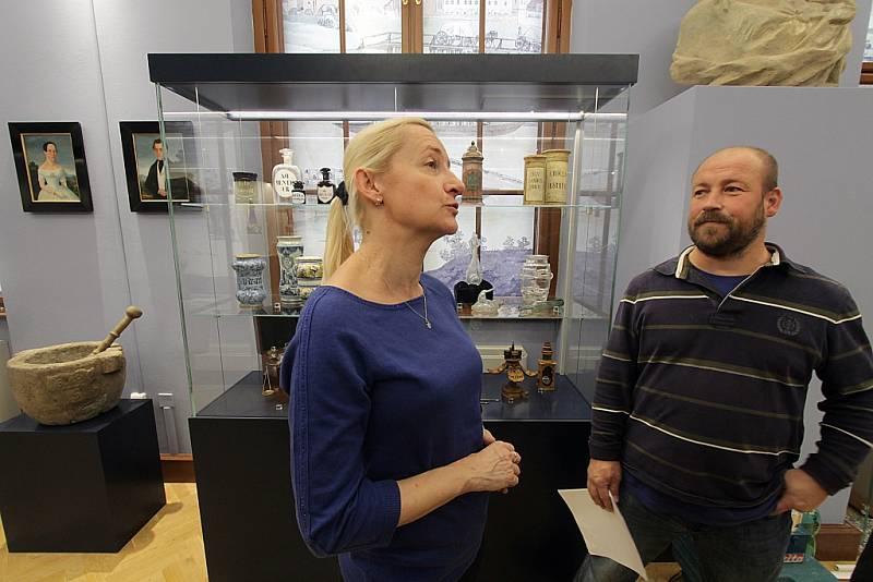 Jihočeské muzeum otevře 28. října novou stálou expozici Příběh města Českých Budějovic. Tři sály zaplní přes tisíc předmětů. Na snímku archeoložka Zuzana Thomová a historik Jiří Petráš.