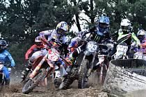 V první zatáčce po startu bývá vždycky pořádná tlačenice. Na snímku z druhého závodu mistrovství republiky v Kaplici bojují o nejlepší pozici dva nejlepší jezdci světa ve třídě MX2 Francouz Tlom Vialle (č. 28) a Belgičan Jago Geerts (193).