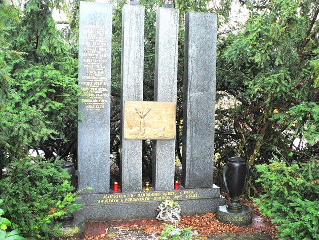 Jména obětí druhé světové války z Mladého připomíná pomník v parku u hřbitova.