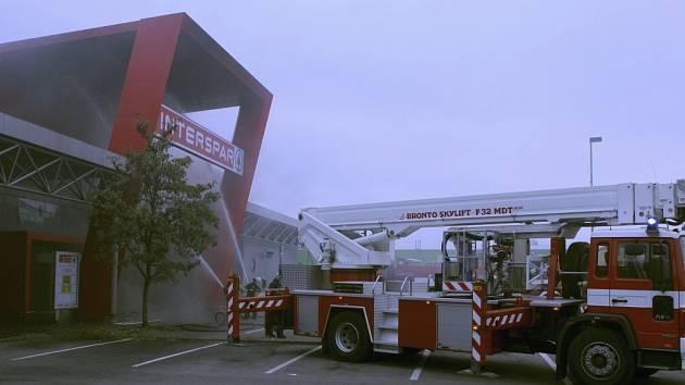 Sobotní požár střechy Intresparu - zásah hasičů.