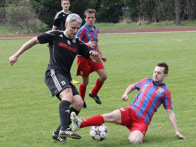 Šéf fotbalistů Spartaku Trhové Sviny Jan Gažák (vlevo) v době, kdy ještě byl oporou prvního týmu.