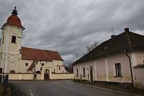 Fara a kostel v Dolních Slověnicích.