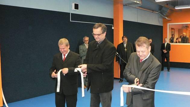 Spolu s vedením Orla přestřihl pásku i ministr financí Miroslav Kalousek (uprostřed).