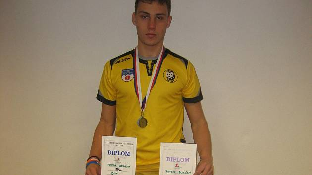 Chyšecký dorostenec Patrik Bouška bral v českobudějovické Sportovní hale dvě stříbrné medaile. Ve sprintech ho porazil čtyřdvorský Tomáš Buchal.