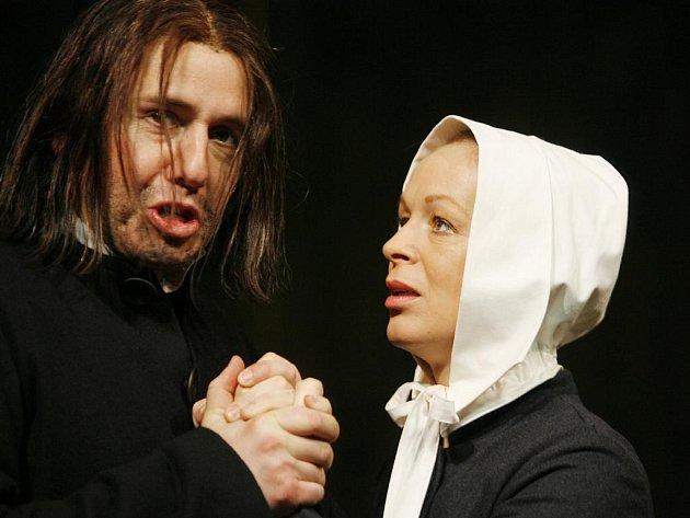 Věra Hlaváčková z činohry Jihočeského divadla se dostala do širších nominací na celostátní cenu Thálie. Porotu zaujal její výkon ve hře Čarodějky ze Salemu v roli Elizabeth Proctorové (na snímku se Zdeňkem Krupkou).