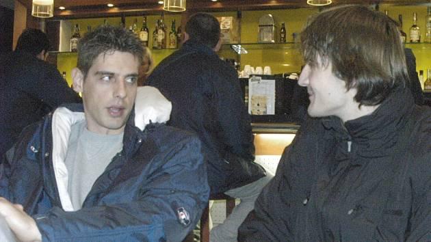 Kapitána Iraklisu Soluň Kravárika (vlevo) přivítal v hotelu Gomel Jan Pitner, bývalý extraligový volejbalista, který se o řeckou výpravu stará.