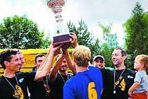 Letní antukovou ligu vyhráli Humři, Jiří Popelka (vpravo se synem Jasmínem), přezdívaný Strom,  získal Cenu srdce a volejbalového umu.