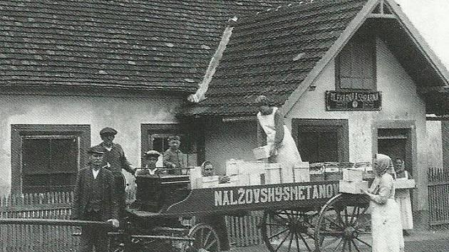 Kniha Zmizelé Pošumaví připomíná méně známý kraj, který žije ve stínu Šumavy. Na snímku Nalžovské Hory, výroba proslulého nalžovského smetanového sýra, kolem roku 1930, archiv Jana Syřiště.