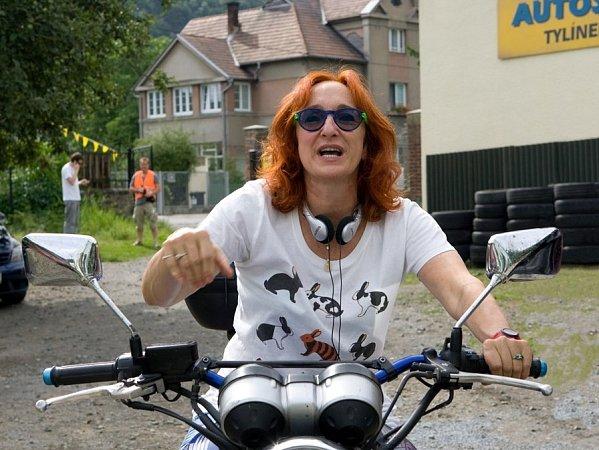 Režisérka Lucie Bělohradská při natáčení Případu pro rybáře