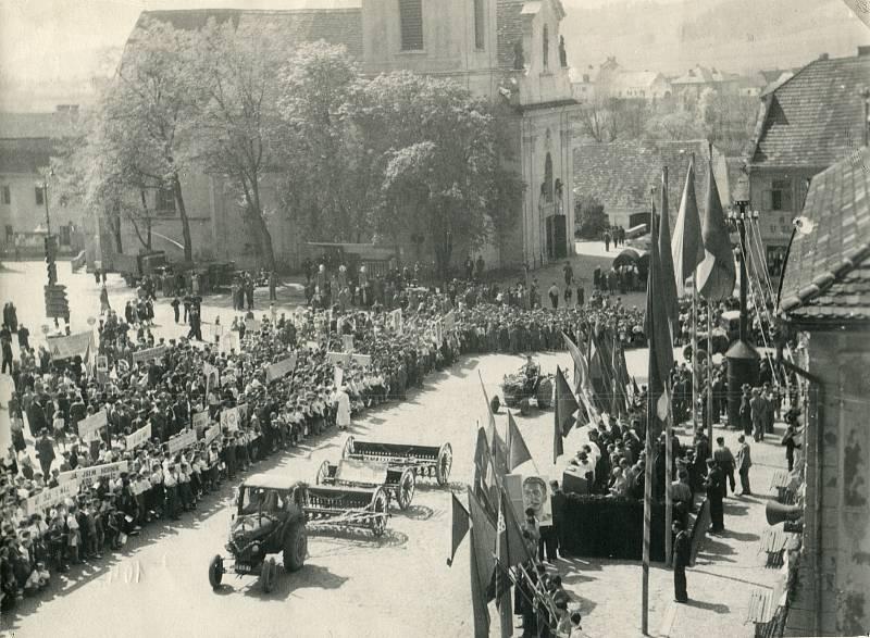1. máj 1954. Tribuna před radnicí na náměstí sčelnými představiteli zdejšího města.