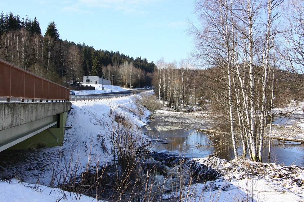 Čtyřproudá silnice a bobří hráz – neobvyklá kombinace jen kousek od hranic s Německem.