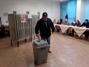 V budějovickém volebním okrsku v ZŠ a MŠ Jana Opletala již překročili účast 53 procent.