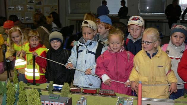Zejména malé návštěvníky čtvrtečního a pátečního programu v českobudějovickém depu Českých drah potěšily kromě jiných lákadel i modely vlaků a kolejišť.