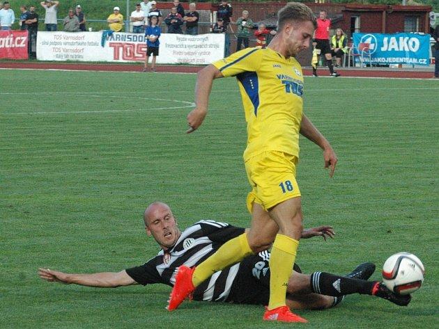 Před týdnem ve Varnsdorfu hrálo Dynamo 0:0 (na snímku Ivo Táborský atakuje domácího Petra Ryse), v pátek chce doma se Znojmem vyhrát.