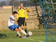 Hruška kope roh. V bílém hrající Dolní Bukovsko doma se Suchdolem (2:2) zachraňovalo bod gólem Jiřího Kliky v 89. minutě, kdy hrálo bez dvou vyloučených.