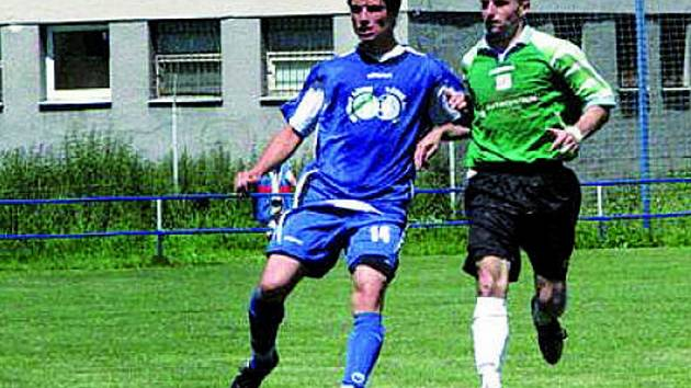 V divizi se Třebonští rozloučili se svými příznivci solidním výkonem proti Domažlicím, které porazili 3:1. Na snímku z tohoto klání domácí Kupka (vlevo) v souboji s domažlickým Šámalem.
