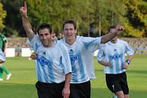 Stanislav Rožboud (vlevo) se v sobotním zápase S. Ústí s béčkem Příbrami raduje ze svého gólu, kterým rozhodl o vítězství svého týmu.Prvním gratulantem byl Kočí.