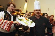 V rámci Dnů slovenské kultury, které se v těchto dnech konají v Českých Budějovicích, předvádí šéfkuchař českobudějovických Masných krámů Luděk Hauser (na snímku) typické slovenské jídlo brynzové halušky.