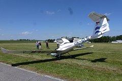 Na  hosínském letišti přistála česká posádka bez kola a bez zranění.