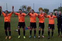 Katovičtí fotbalisté se radují po výhře v Oseku. uspějí i o tomto víkendu?
