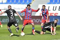 Plzeňského Čermáka v zápase s Dynamem atakují Králík a Talovierov: Plzeň - Dynamo ve fotbalové I. lize 2:1.