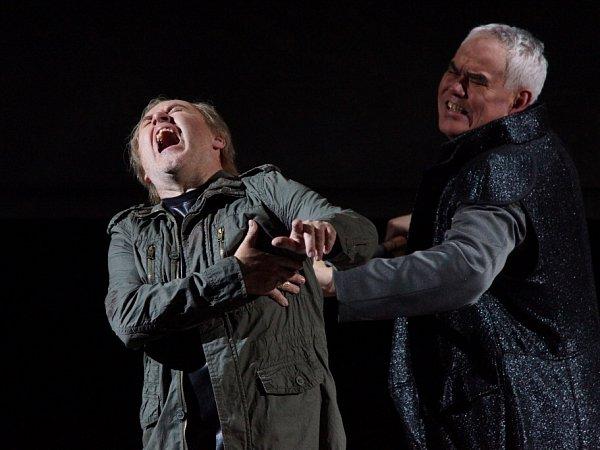 Hudební divadlo vrakouském Linci nastudovalo Wagnerovy Nibelungy. Téměř pětihodinový Soumrak bohů proměnilo vnapínavý a dynamický útvar. Na snímku zleva Lars Cleveman jako Siegfried a Albert Pesendorfer jako Hagen.