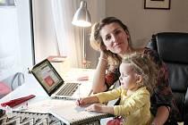 Nadšená organizátorka Petra Kocourová se svou dcerou Ellou při přípravě Mama Marketu.