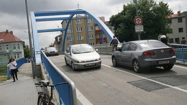 Po Modrém mostě zase jezdí auta.
