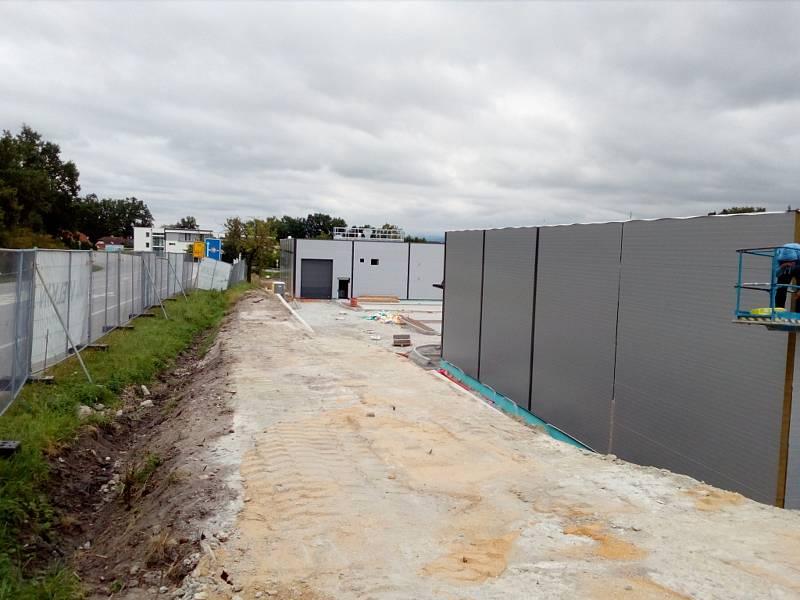 Stavba retail parku v Hluboké nad Vltavou v září 2021.