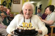 Věroslava Holmanová, klientka českobudějovického Alzheimercentra, oslavila životní jubileum - sté narozeniny.