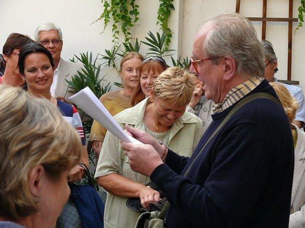 Petr Porcal, historik umění (1944 - 2014). Na snímku zahajuje výstavu Josefa Synka včeskobudějovické Komorní galerii uSchelů.