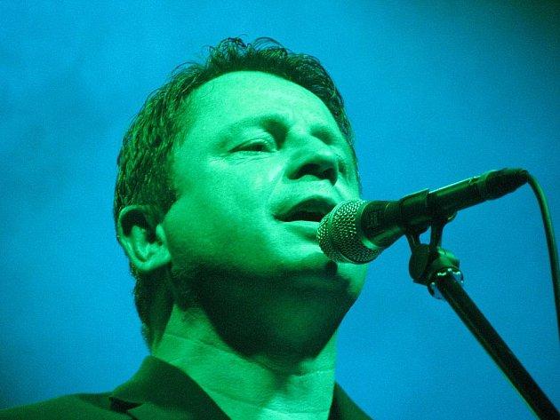 Zpěvák Petr Muk zemřel v pondělí v Praze. Bylo mu 45 let. Na snímku při koncertě v Kroměříži.