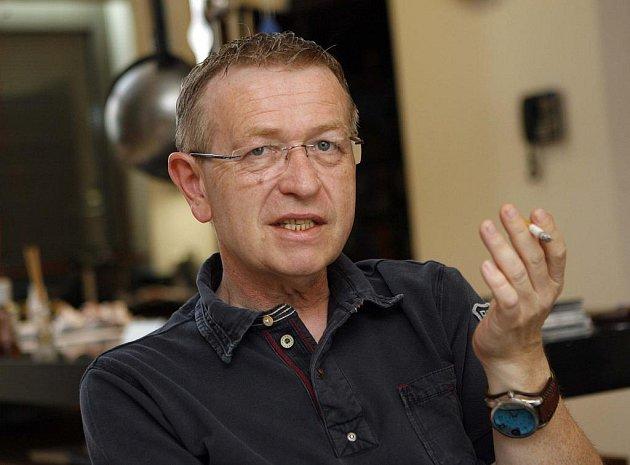 Zpěvák Petr Muk zemřel vpondělí vPraze. Bylo mu 45let. Sjeho úmrtím se nemůže vyrovnat jeho kamarád a kolega, muzikant Ladislav Faktor (na snímku).