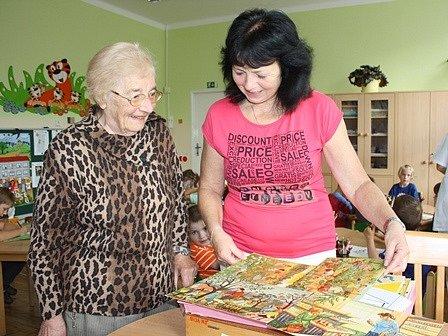 Nad obrázky vzpomíná na léta učení iředitelování Ludmila Landová. Vedle ní stojí Dagmar Kožešníková, která dnes ve školce učí předškoláky.