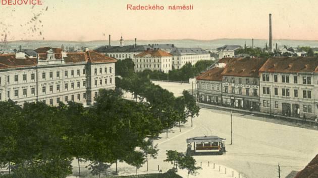 Snímek Radeckého náměstí z pohlednice pořízené po roce 1909.