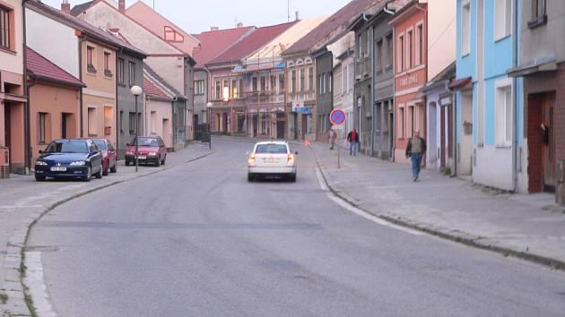 Jedním z navrhů občanů, jak vyřešit dopravu ve městě, je nechat zbourat několik domů v zúženém místě v Trocnovské ulici.
