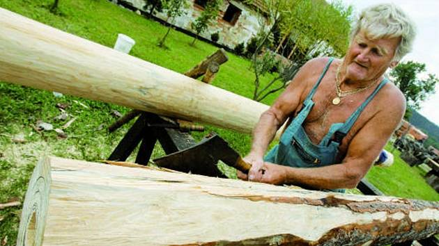 Jedním z exponátů sympozia bude také pětimetrová dřevěná pumpa, jejímž autorem je dřevosochař  Rudolf  Stašek (na snímku) .