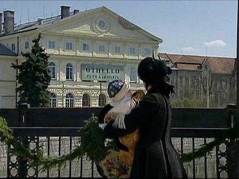 Záběr ze seriálu Stříbrná paruka. Dům kultury Slávie v Českých Budějovicích.