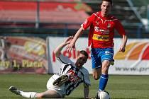 Ladislav Volešák v sobotním utkání fotbalistů Dynama v Plzni bojuje s domácím Milanem Petrželou.