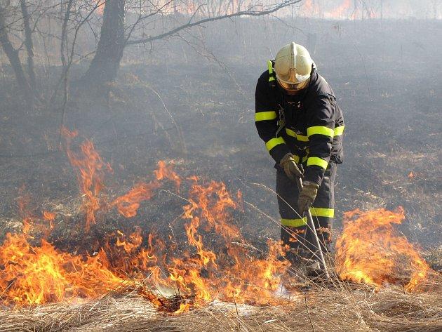 Hasiči mají plné ruce práce.  Téměř  denně  vyjíždějí k požárům, které vznikají při vypalování suché trávy. Následky pro životní prostředí jsou nezanedbatelné. Ilustrační foto.