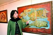 Na snímku autorka Ivana Bednářová  před jedním z obrazů cyklu Elementy.