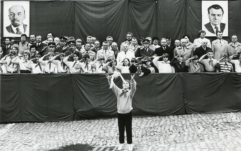 1. máj 1989. Pionýr vypouští holubici před tribunou na vltavotýnském náměstí.