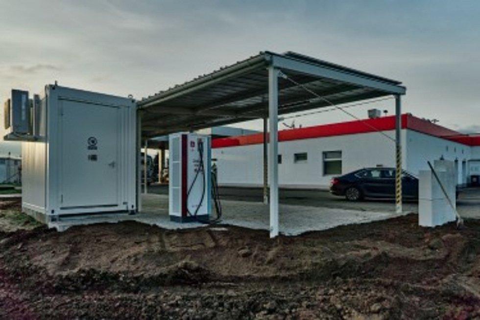 Nabíjecích stanic pro elektromobily a stanic pro vozidla na CNG přibývá v České republice i na jihu Čech. Na snímku dobíječka v Břeclavi.