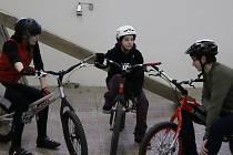 Biketrialu se věnují i slečny - dvě z nich si přijely pro rady k Dominiku Pufferovi (na snímku vpravo) z Prahy.