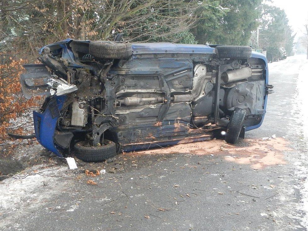 Při čtvrteční nehodě v budějovické Říční ulici se octavia převrátila na bok.