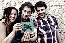 Jihočeská skupina Epydemye získala ve středu žánrovou Cenu Anděl za CD Kotlina. Beatfolková kapela ji převzala v Lucerna Music Baru, na desku natočila 11 písní o českých hrdinech i zrádcích 20. století. Zleva Lucie Vlasáková, Mirek Vlasák a Jan Přeslička.