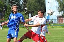 Agresivní Sedláček (vlevo) se v dresu Třeboně v tomto souboji vyšphal nad Malinu.  Třeboňští porazili v  kvalitním utkání Votice 2:1, Sedláček byl ve 22. minutě autorem druhé branky domácích.